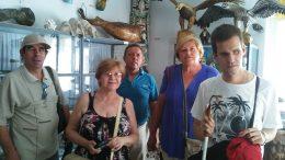 A képen a múzeum egyik terme látható, a csoport néhány tagjával