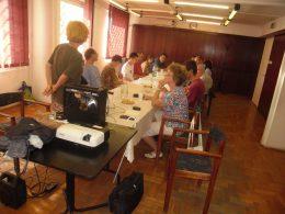 A képen a tagok figyelik az előadót