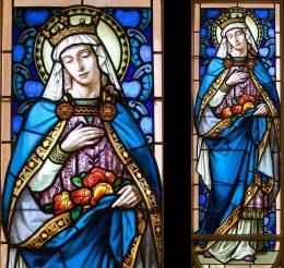 A képen a Vakok Iskolájának üvegablaka látható, a Szent Erzsébetet ábrázoló részlettel