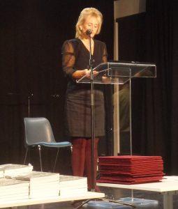 Csaniga Andrea látható a képen, aki a könyvátadó ünnepség műsorvezetője volt