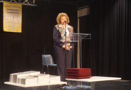 Nagy Mária látható a képen, amint a könyvről és az Egyesület munkájáról beszél a könyvátadón