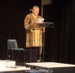 A képen Dunai Csilla látható, aki a könyv szerkesztőjeként mutatja be a könyvet