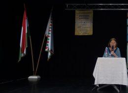 A képen a könyv szerzője, Gy Dobos Mariann látható, amint a könyvéről beszél