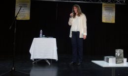 A képen Krizbai Teca látható, amint a könyvátadón énekel