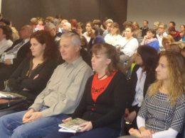 A könyvátadó közönsége látható a képen