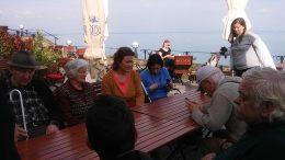 A cukrászdában készült kép hátterében a szép Balaton látható