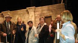 A képen a tagok gyülekeznek az esti előadásra