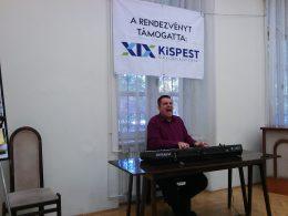 A képen Hermann Tibor énekel a kispesti Városháza házasságkötő kistermében
