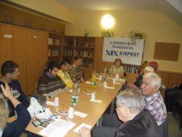 A képen a kispesti klub hallgatósága, egy asztal körül ülve látható