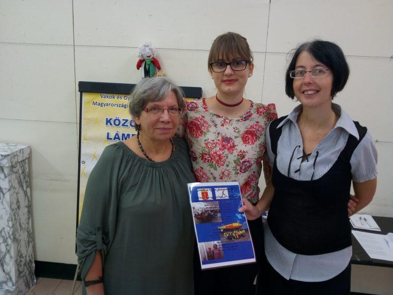 A képen az újpesti lámpások és Csiszár Renáta láthatóak, aki a kulturális központ munkatársa és a helyi klub segítője, Panka és Era emléklappal mondtak neki köszönetet