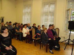 A képen a kispesti fehárbot napi ünnepség közönségének egy része látható