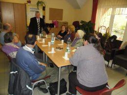 a képen: tagok az asztal körül ülnek
