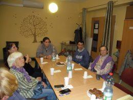 A képen: tagok az asztal körül
