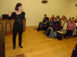 A képen Kovács Judit látható fuvolázás közben