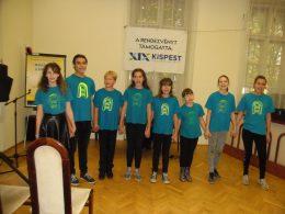A képen a Mágnes Színtársulat látható, amint közösen énekelnek
