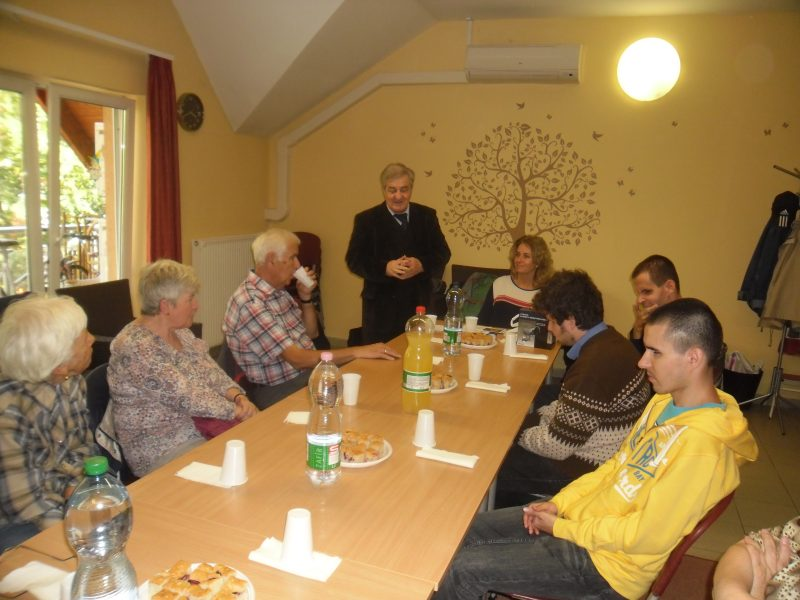 A képen az alezredes úr látható, bűnmegelőző előadása közben