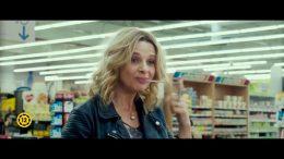 A csatolt képen Avril anyját látjuk egy bevásárlóközpontban. Csinos, fiatal szőke nő, nem nagyon tűnik idősebbnek a lányánál. Kajánul mosolyog, egy rágógumit tekert az ujjára, amit éppen kihúz a szájából. :)