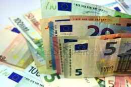 A képen euro bankjegyek léthatóak, melyeket a méretük alapján lehetséges megkülönböztetni egymástól