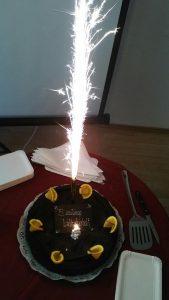 A képen a Láthatár Bolt szülinapi tortája látható