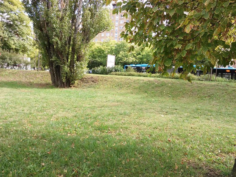 A képen az látható, hogy a park kialakításakor felhalmozódott földből egy zajfogó dombot építettek a főút felé