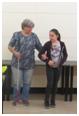 A képen Panka látható, amint egy diáknak megmutatja miként kell segíteni a kísérésben