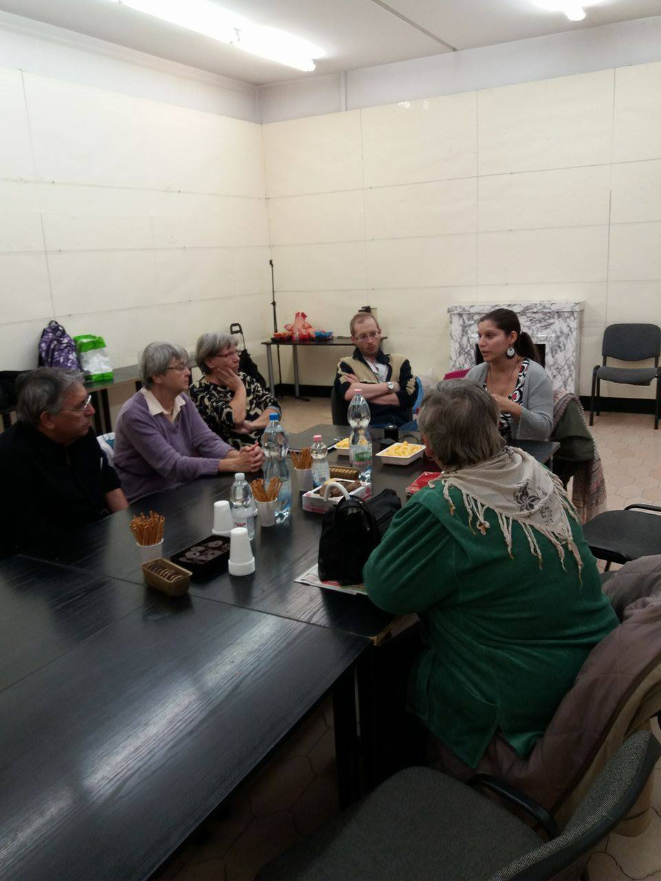 Klubtagokkal és a klubvezetőkkel körülvéve ülünk Danival az asztalfőn, nagy átéléssel, gesztikulálva beszélek, mindenki figyel.