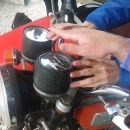 A képen közleről látható egy régi motor lámpája