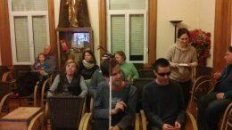 A látogatók ülnek a múzeumban