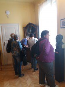 A képen: a tagok az első szobában állnak.