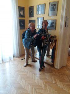 a képen: Panka és egy tag a balett lépéseket próbálgatják