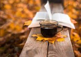 a képen egy csésze kávé látható őszi hangulatban