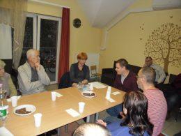 Az ügyfélszolgálat munkatársai beszélnek a kispesti klubtagokhoz
