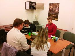 A klubnap egy pillanata látható, egy asztal mellett ülnek a korán érkezők