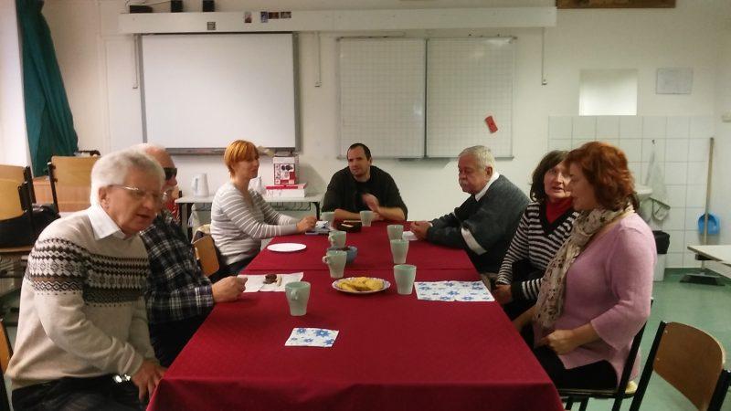 Az ügyfélszolgálat munkatársai az asztalnál ülnek