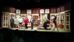 A színházi előadás végén a színészek a színpadra vonulnak