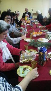 A klubtagok nézegetik az asztalnál ülve az ajándékokat