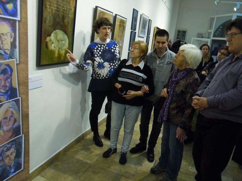 Mohay Orsolya narrál egy képet a látogatóknak