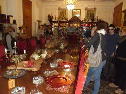 A látogatók a lovagterem terített asztalát nézik