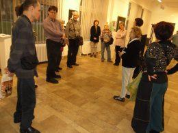 A kiállítóteremben láthatóak a tagok, akik a narrációt hallgatják