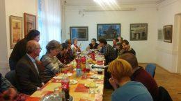 a 2017 novemberri rákosmenti klubnapon egy hosszú asztalnál ülnek a tagok, Noémi masszíroz