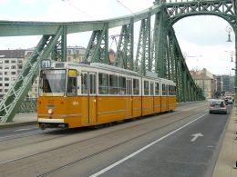A képen a villamos a Szabadság hídon megy át