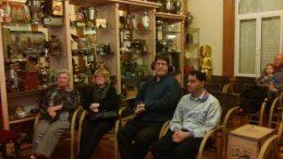 A képen a tagok a Csokimúzeumban ülnek