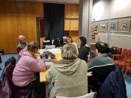 A Szemléletmód bemutatkozik, egy asztal körül ülve beszélnek a tagokhoz
