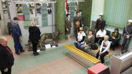 A képen a látogatócsoport ül a múzeum egyik termében