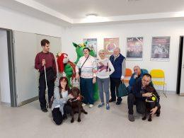 A látogatói csoport, két kutyussal