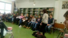 A kép az iskolai foglalkozáson mutatja Mártit és a kutyusát, a diákok figyelik a bemutatót