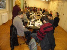 A képen a tagok aklubnapon aza asztal körül ülnek