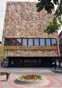 A színház főbejárata látható a képen