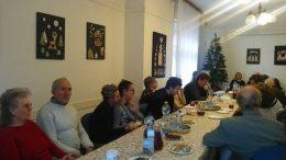 A képen a rákosmenti tagok láthatóak, asztal mellett ülve figyelnek az előadásra