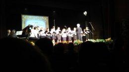 A képen a diákok kórusa látható a színpadon
